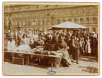 Market scene with market women on the Maxplatz in Bamberg. Photograph by Wilhelm Kröner, ca. 1900 | SBB, V Bg 187