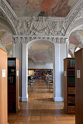 View into the reading room, fitted with working desks, from the so-called study library | SBB