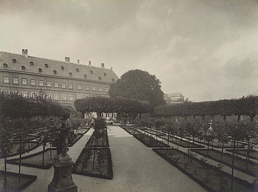 View to the North West of the rose garden in the New Residence's inner courtyard. Photograph, early 20th century | SBB, V Bt 7