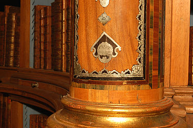 The wooden column at the entrance to the Dominican library, decorated with tin and mother-of-pearl and showing the Bamberg Dominican friars' Prior's signature | SBB