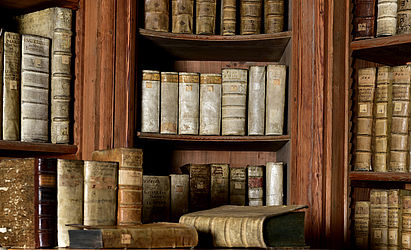 Shelfs in the showroom, formerly the prince-bishops's archive. They contain books from secularised monasteries | SBB