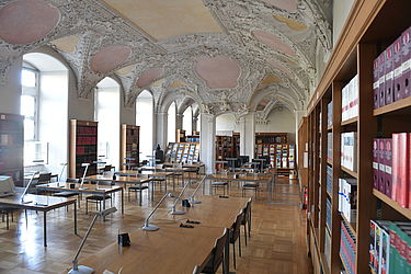The State Library's reading room. Originally the Prince-Bishop's summer hall (anterior), it was redesigned into the court chapel in 1731 and during that process united with its neighbouring room | SBB