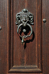 New Residence: doorknocker at the lateral doorway, which flanks the gateway in the entrance area | SBB